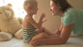 Szczęśliwa potomstwo matka bawić się z jej piękną chłopiec Dziecko kares, całowanie, przytulenie, kokieteria Dziecko i kobieta je zdjęcie wideo