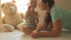 Szczęśliwa potomstwo matka bawić się z jej piękną chłopiec Dziecko kares, całowanie, przytulenie, kokieteria Dziecko i kobieta je zbiory