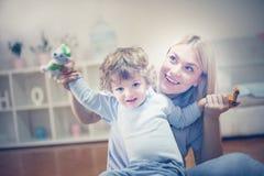 Szczęśliwa potomstwo matka sztukę z jej synem Obrazy Royalty Free