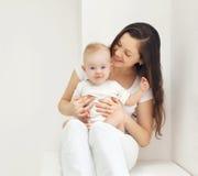 Szczęśliwa potomstwo matka z dzieckiem w domu Obraz Royalty Free