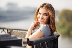 Szczęśliwa potomstwo mody kobieta przy ciskającym żelaza ogrodzeniem Obraz Royalty Free