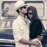 Szczęśliwa potomstwo mody para w miłości w miasto ulicie obrazy royalty free