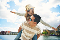 Szczęśliwa potomstwo para cieszy się lata słońce obraz royalty free