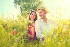 Szczęśliwa potomstwo para cieszy się naturę Fotografia Royalty Free