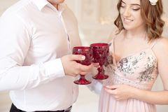 Szczęśliwa potomstwo para datę w dużym białym pokoju z baroku stylu wnętrzem Fotografia Stock