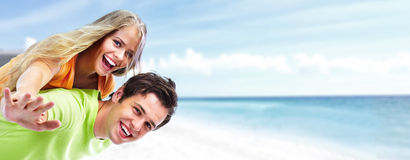 Szczęśliwa potomstwo para na plaży. Obrazy Stock
