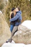 Szczęśliwa potomstwo para w zim górach Fotografia Stock