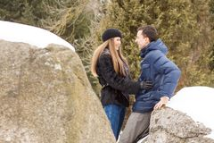 Szczęśliwa potomstwo para w zim górach Zdjęcia Royalty Free