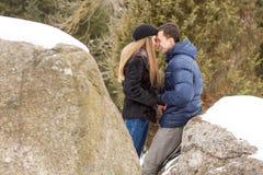 Szczęśliwa potomstwo para w zim górach Zdjęcia Stock