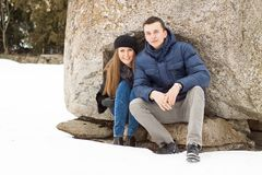 Szczęśliwa potomstwo para w zim górach Obrazy Stock