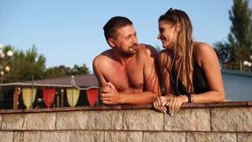 Szczęśliwa potomstwo para wydaje dzień basenem w parku zbiory wideo