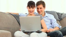 Szczęśliwa potomstwo para z laptopem zbiory wideo