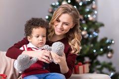 Szczęśliwa pozytyw matka ma zabawę z jej dzieckiem Obraz Royalty Free