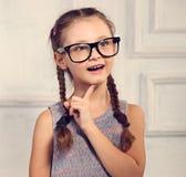 Szczęśliwa pozytywna główkowanie dzieciaka dziewczyna w mod szkłach z z podnieceniem Zdjęcia Stock