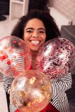 Szczęśliwa pozytywna kobieta trzyma pięknych kolorowych balony zdjęcia royalty free