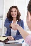 Szczęśliwa praca zespołowa: dwa kobieta robi uściskowi dłoni. Obraz Royalty Free