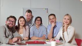 Szczęśliwa pracująca spółdzielnia firma jest uśmiechnięta i patrzejąca kamerę zdjęcie wideo