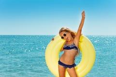 Szczęśliwa preteen dziewczyna cieszy się lato nadmorski obraz royalty free
