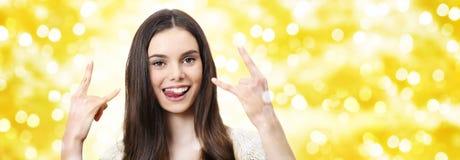Szczęśliwa przyjęcia gwiazdkowego pojęcia kobieta robi rock and roll symbolowi Obrazy Royalty Free