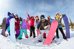 Szczęśliwa przyjaciół snowboarders i narciarek zabawa Fotografia Royalty Free