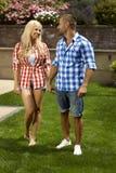 Szczęśliwa przypadkowa para małżeńska w plenerowym ogródzie Obraz Stock