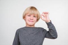 Szczęśliwa przystojna chłopiec pozuje w studiu fotografia stock