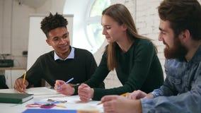 Szczęśliwa różnorodna grupa ucznie lub młoda biznes drużyna pracuje na projekcie Młody afrykański facet pokazuje rezultaty zdjęcie wideo