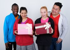 Szczęśliwa różnorodna grupa wielo- etniczni przyjaciele ono uśmiecha się podczas gdy openin obrazy stock