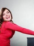 Szczęśliwa radosna kobieta wtyka out jęzor Zabawa Zdjęcie Royalty Free