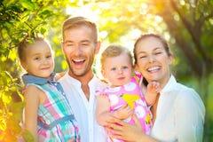 Szczęśliwa radosna młoda rodzina z małymi dziećmi outdoors zdjęcie stock