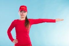 Szczęśliwa ratownik kobieta wskazuje kierunek w nakrętce Zdjęcie Royalty Free
