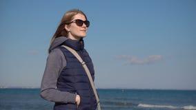 Szczęśliwa relaksująca kobieta przy perfect dziką piaskowatą plażą z błękitnym dennym widokiem podczas martwego sezonu na Cypr zdjęcie wideo