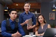 Szczęśliwa restauraci drużyna obraz stock
