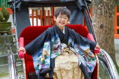Szczęśliwa riksza chłopiec w kimonie Zdjęcie Stock