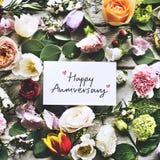 Szczęśliwa rocznicy karta, kwiaty i zdjęcie stock