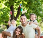 Szczęśliwa rodzina bawić się kolorowych wiatraczki obraz royalty free
