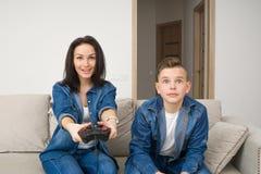 Szczęśliwa rodzina bawić się konsolę w domu Obrazy Royalty Free