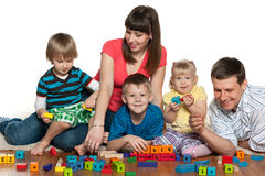 Szczęśliwa rodzina bawić się na podłoga Zdjęcia Royalty Free