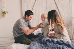 Szczęśliwa rodzina bawić się w domu na łóżku Stylu życia zdobycz matka, ojciec i dziecko, Obrazy Stock