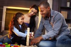 Szczęśliwa rodzina bawić się wpólnie w domu Fotografia Stock