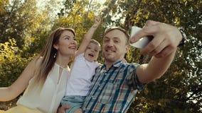 Szczęśliwa rodzina bierze obrazki one przeciw lasowemu tłu zbiory wideo