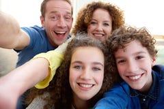 Szczęśliwa rodzina bierze selfie wpólnie fotografia royalty free