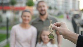 Szczęśliwa rodzina Blisko Ich nowego domu koncepcja real nieruchomości Mnóstwo zabawę wpólnie zbiory