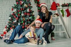 Szczęśliwa rodzina blisko nowego roku drzewa Zdjęcie Stock