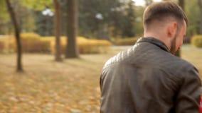 Szczęśliwa rodzina chodzi w parku w wczesnej jesieni zdjęcie wideo
