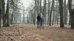 Szczęśliwa rodzina chodzi w wiosna parku trzy zdjęcie wideo