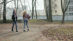 Szczęśliwa rodzina chodzi w wiosna parku trzy zbiory wideo