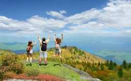 Szczęśliwa rodzina cieszy się urlopową wycieczkę w górach Fotografia Stock