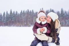 Szczęśliwa rodzina cieszy się zima śnieżnego dzień Obraz Royalty Free
