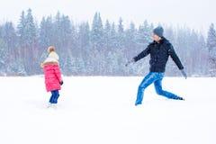 Szczęśliwa rodzina cieszy się zima śnieżnego dzień Fotografia Stock